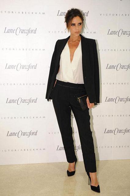 Виктория Бэкхем в черном брючном костюме