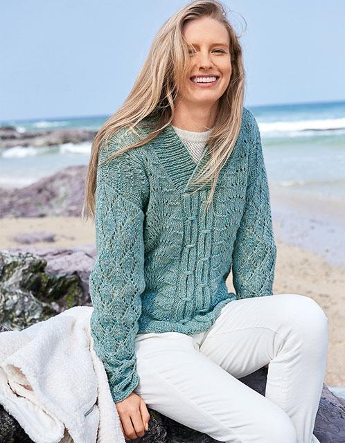 Мятный пуловер с сочетанием павлиньего и других узоров