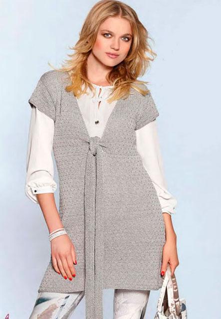 Расклешенное платье-туника с глубоким v-образным вырезом спереди и коротким рукавом