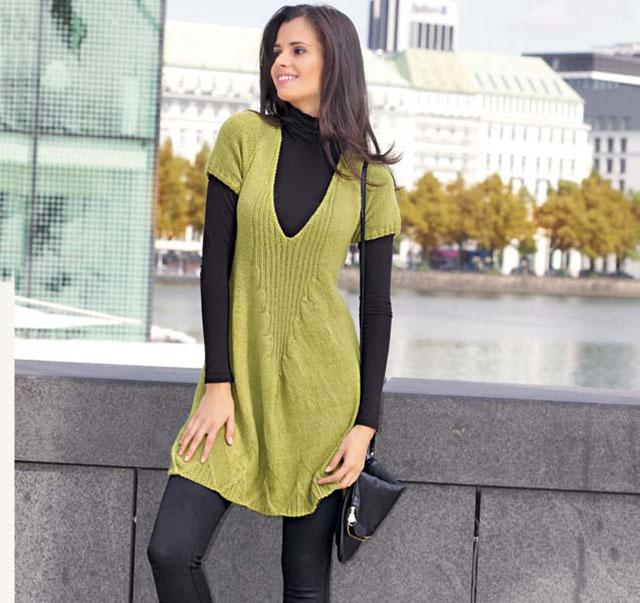 Короткое желто-зеленое платье с глубоким v-образным вырезом спереди