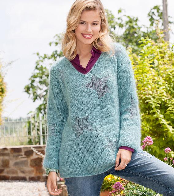 Пуловер со звездами из тонких и пушистых ниток в технике интарсия