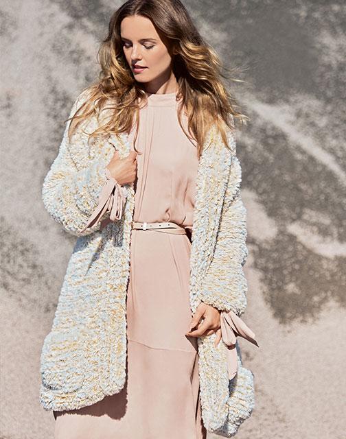Женственное пальто из объемной плюшевой пряжи