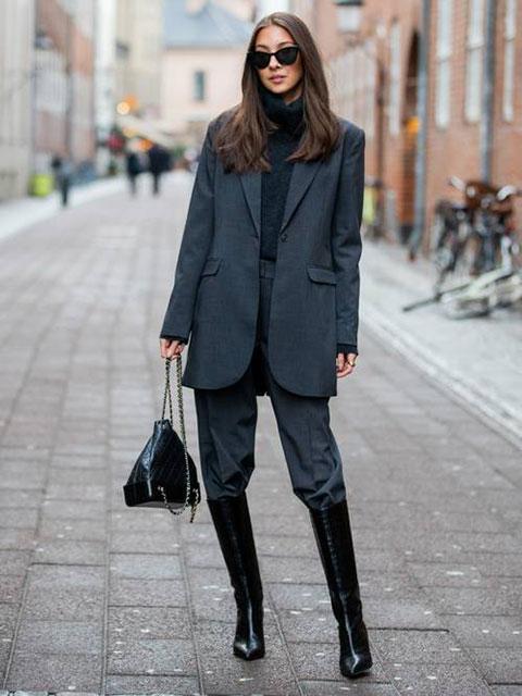 Костюмные брюки заправленные в сапоги до колен