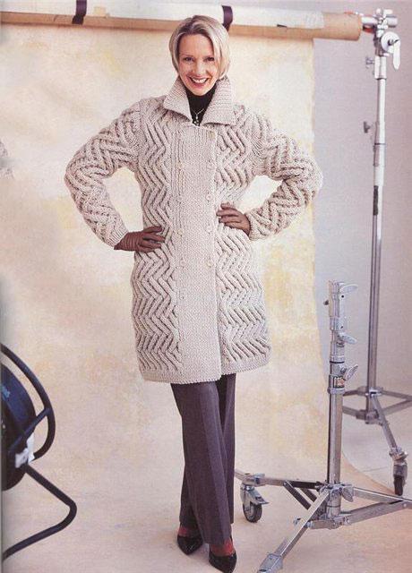 Красивое пальто структурным необычным узором