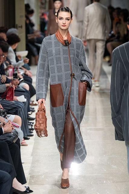 Модное пальто с интересным принтом