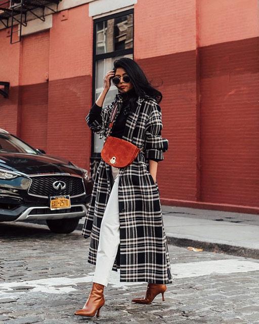 Красивое клетчатое пальто в моде