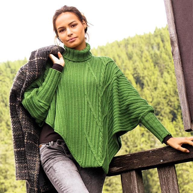 Ассиметричный свитер-пончо со смещенным узором из кос