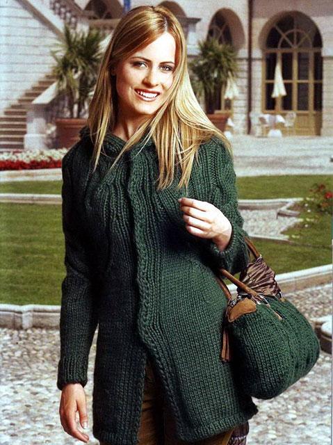 Вязаные сумка и пальто с капюшоном темно-зеленого цвета