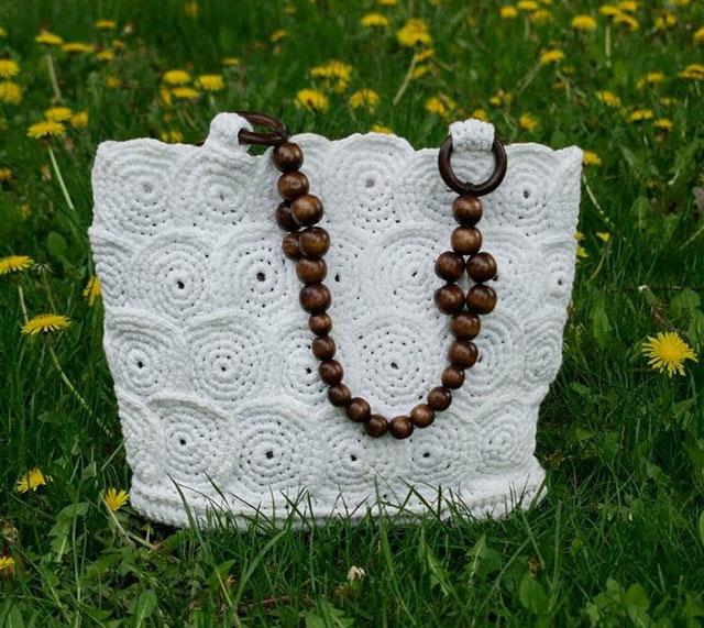 Белая сумка из круглых мотивов с деревянной ручкой