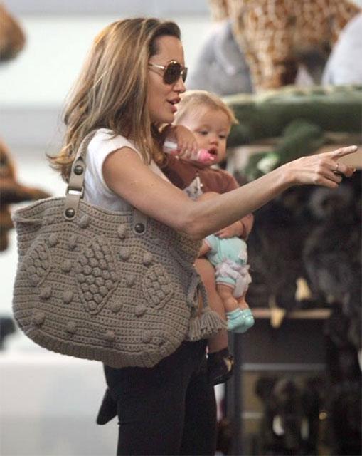 Анжелина Джоли с вязаной сумкой