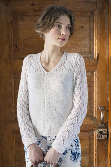 Нежный пуловер с ажурными листочками на кокетке и рукавах белого цвета
