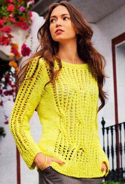 Желтый пуловер с узором из ажурных кос