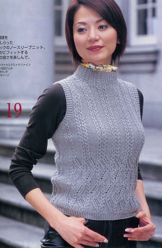 Серый пуловер связан уникальным узором
