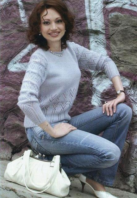 Женственный пуловер ажурными узорами и лицевой гладью
