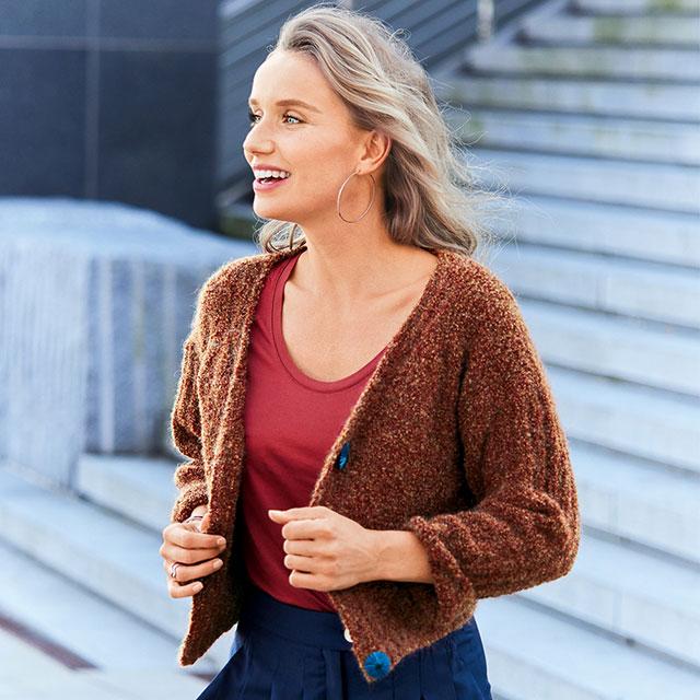 Короткий жакет цвета корицы с карманами из меланжевой буклированной пряжи