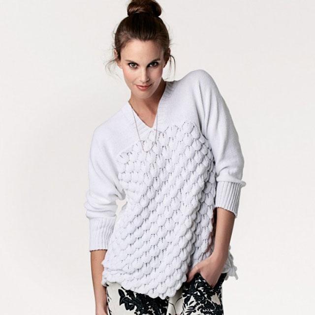 Пуловер с объемным чешуйчатым узором и V-образным вырезом спереди и сзади