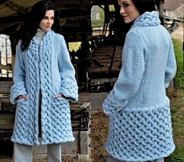 Вязаное пальто спицами из толстой пряжи с аранами и узором «Плетенка»