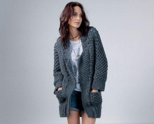 Пальто из толстой пряжи с цельновязанными рукавами и накладными карманами