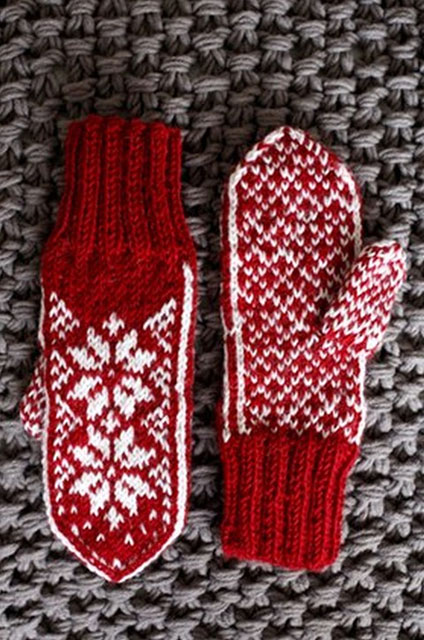 Красно-белые варежки жаккардовым узором в норвежском стиле