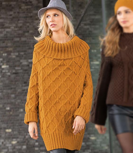 Платье-свитер с большим воротником на плечах и схемой узора из ромбов с «косами»