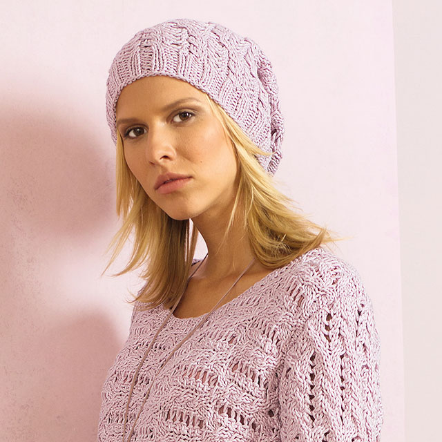 Ажурная розовая шапочка-бини с узором из кос