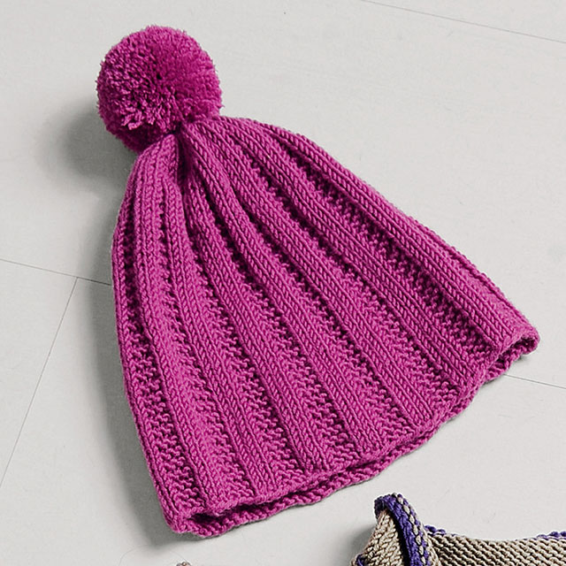 Теплая шапка на каждый день с помпоном чулочными спицами
