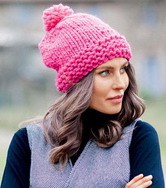 Теплая розовая шапка с помпоном