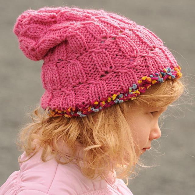 Розовая шапка для девочки рельефным узором с контрастной отделкой