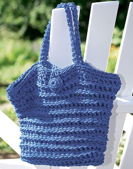 Пляжная сумка на пуговице из толстой пряжи рельефными столбиками