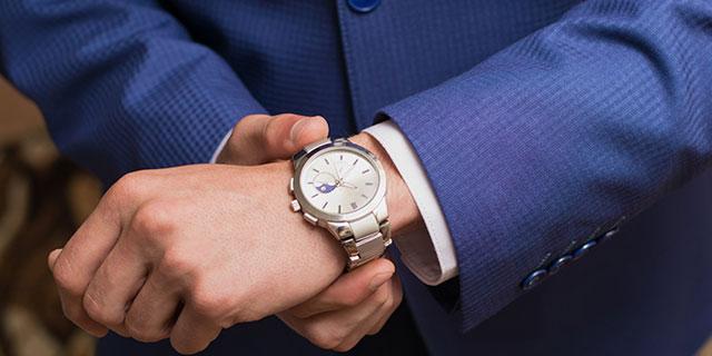 Чтобы не сбивать работу сердечного ритма, мужчинам рекомендуется носить часы на противоположной, то есть на правой руке