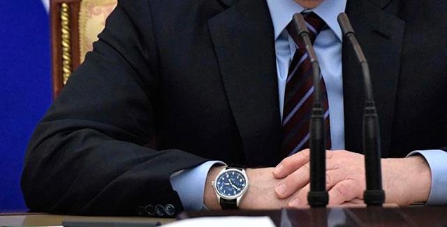Президент России носит часы на правой руке