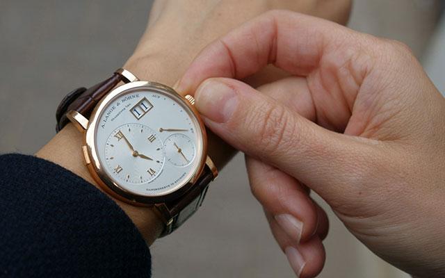 На какой руке мужчины носят часы