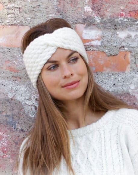 Белая теплая полоска на голову с косами