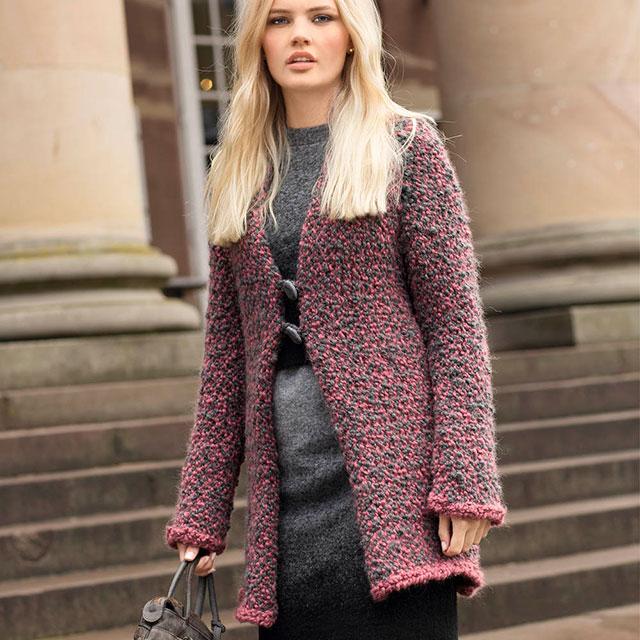 Розово-серое теплое пальто из объемной пряжи-букле