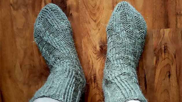 Как связать носки спиралью спицами без пятки