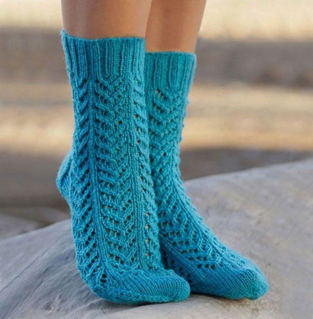 Голубые ажурные носочки узором Елочка