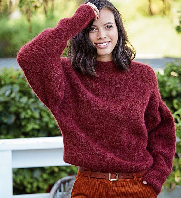 Укороченный бордовый свитер с рукавами летучая мышь