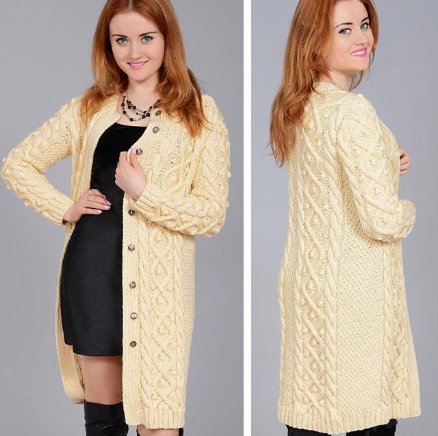 Цельновязаное пальто узором из вертикальных кос с шишечками