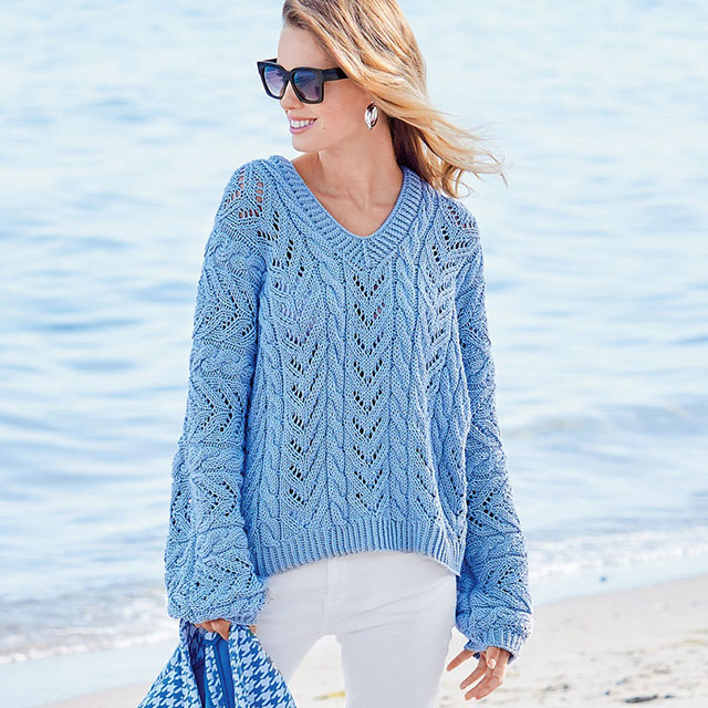 Голубой пуловер с цельновязаными рукавами