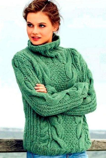 Серо-зеленый свитер жемчужным узором и косами