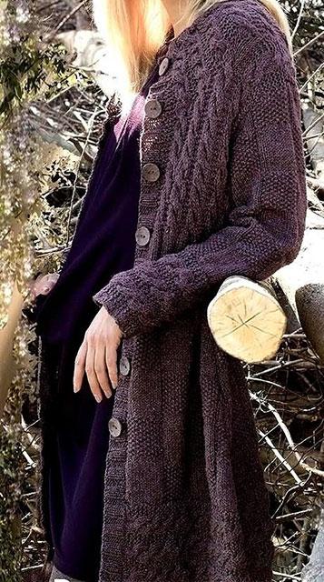 Твидовое пальто коричневого цвета жемчужным и шахматным узорами