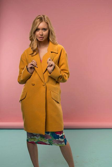 Как выбрать пальто желтого оттенка