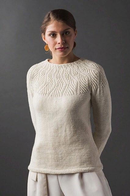 Модный пуловер с романтичной кокеткой