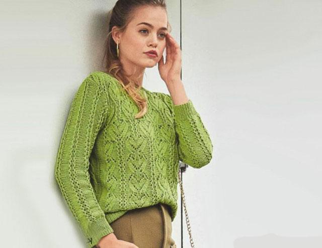 Женский пуловер затейливым рисунком из листьев и полос